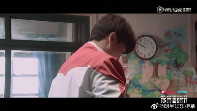 牛骏峰用嘴把日历贴满玻璃,想让姐姐开心,哭惨了有没有?