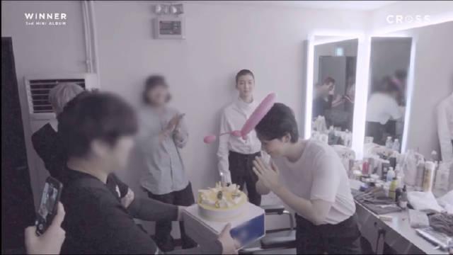 在专辑拍摄jacket的那一天过了生日,自己给自己唱生日歌也是好可爱