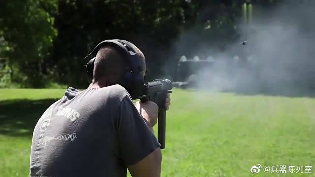 """M3式冲锋枪靶场射击实测,外号""""黄油枪""""造价低是它最大优点"""