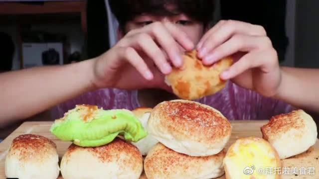 MAR吃日式麻薯包、芝士包、港式传统菠萝包啦!笑起来好好看呀!