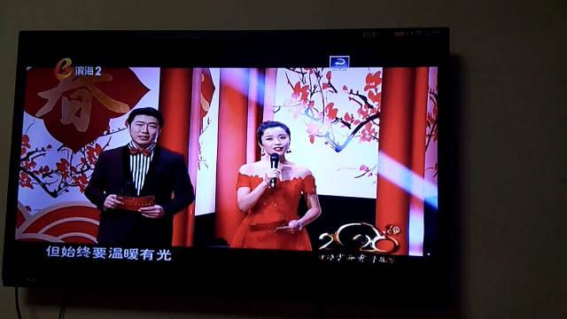 @滨海广电 摄制小记者李诗韵,徐诗晴向贫困地区捐书。