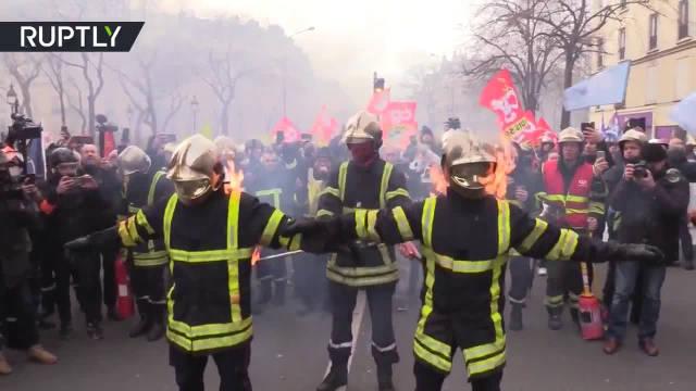 法国防暴警察警察和消防员打起来了,消防员要出大招