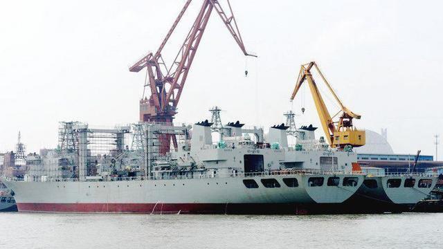 航母的超级奶妈901型综合补给舰,舰队远洋的重要保障