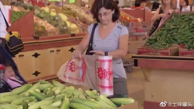国外搞笑视频,难道超市的袋子是全密封的吗哈哈哈