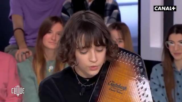 法国女歌手Pomme在节目中弹唱了一首《千与千寻》的主题曲