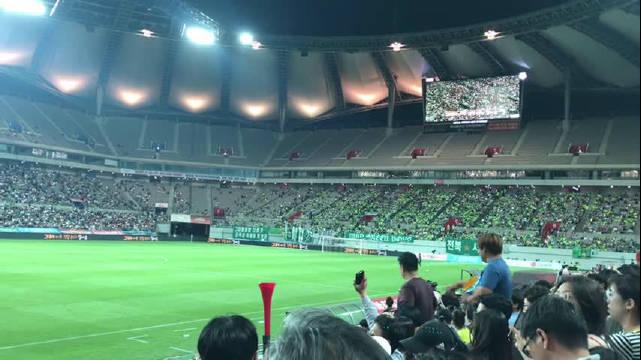 FC首尔VS全北现代中场休息的歌声…只听懂一句:屋里擦浪奈…