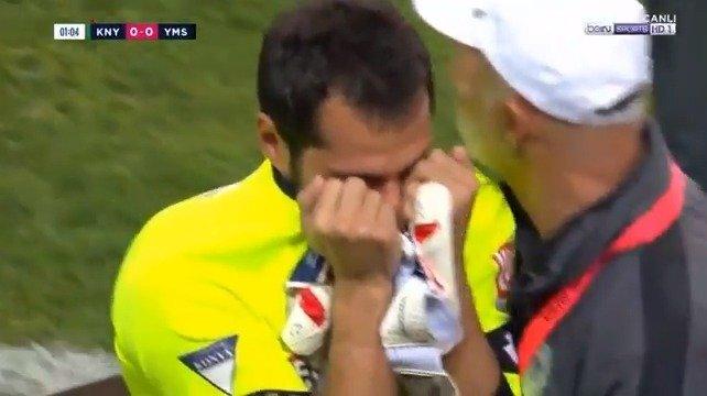 禁区外双手接球,土耳其足球运动员开场13秒被罚下