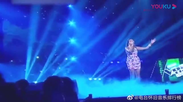美女放声歌唱《带我到山顶》,台上魅力四射,轻松带动全场气氛