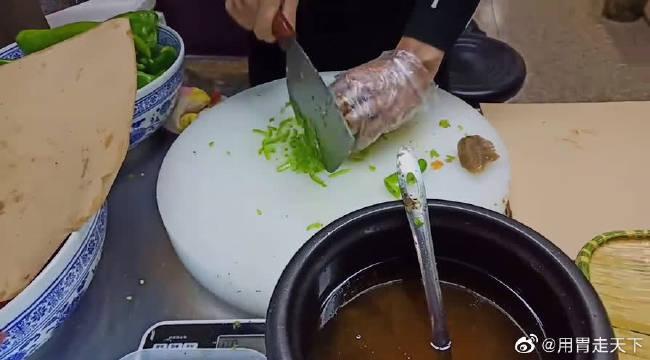 探店驴肉火烧!!西安人试吃测评驴肉火烧美食,香脆鲜美!