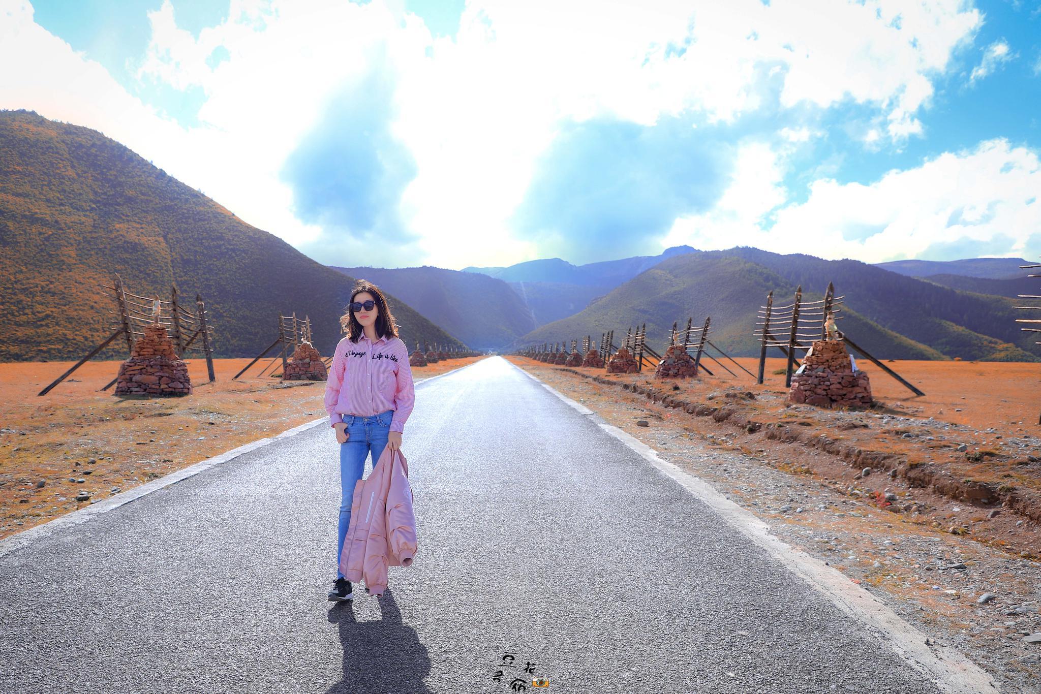 丽江前往香格里拉的那条路依然很美,少了荆棘丛生,多了璀璨绚烂。