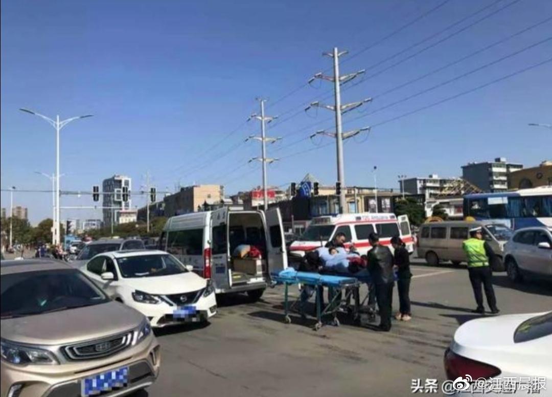 事发南昌!一小车与两辆救护车相撞