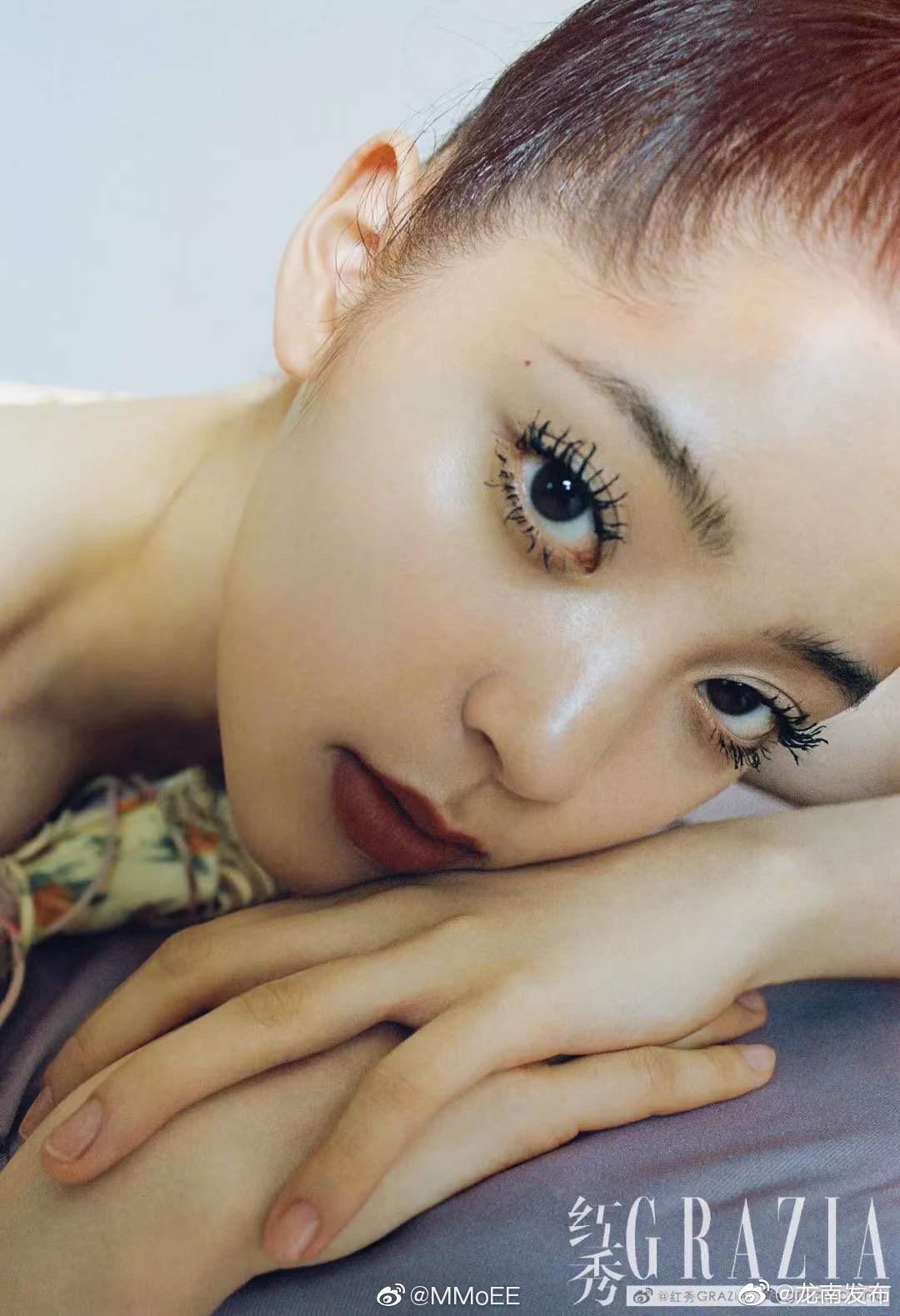 欧阳娜娜《红秀Grazia》第429期封面大片,复古柳叶眉、苍蝇腿睫毛