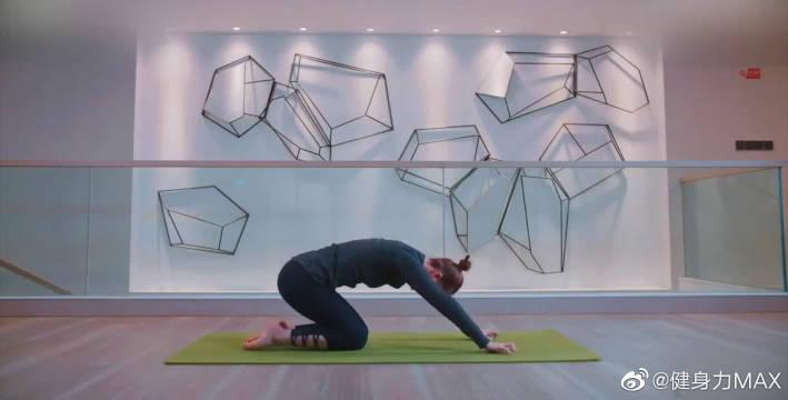 下犬式瑜伽,缓解肩关节炎症,增强脚踝稳定性