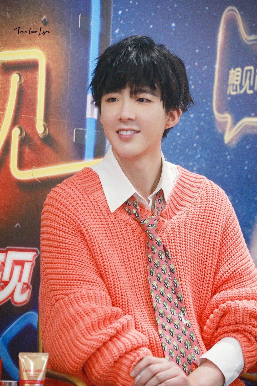 刘宇宁今日活动饭拍橘色毛衣+白衬衣+花色小领带今天是橘子汽水味的