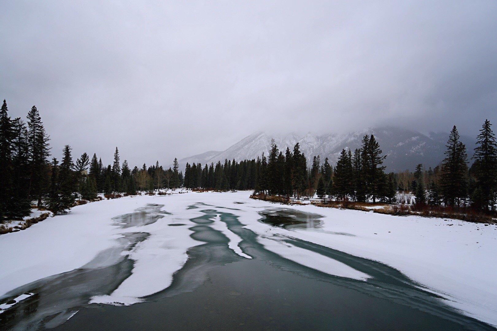 大雪封路,前往贾斯珀的行程改为游览班夫小镇。乌云密布,漫天风雪