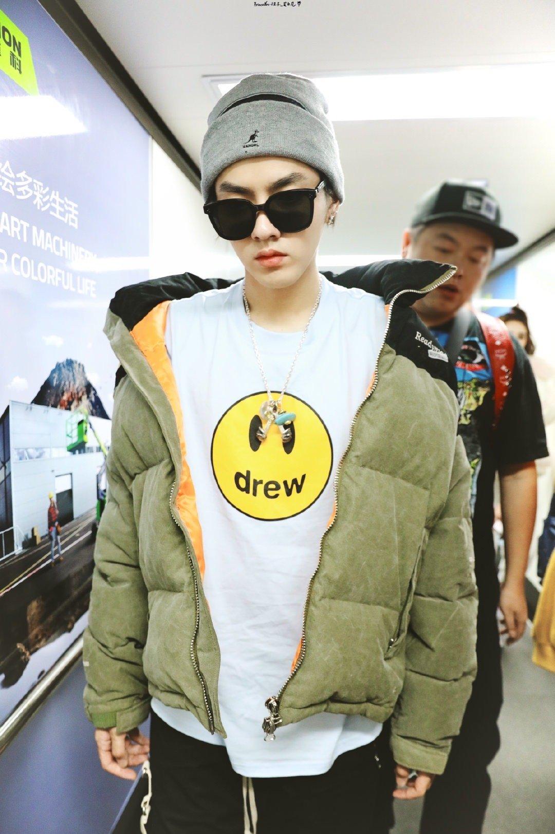 吴亦凡长沙飞北京,针织帽加厚实的外套凡凡穿的好保暖,起落平安呀