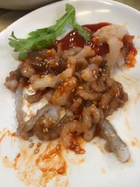 小活章鱼在肚子里会不会感觉到在动啊,不要嚼碎,整个吞下去