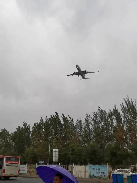 在车站等车,回家过年,头顶飞过一架飞机,第一次这么近距离看飞机