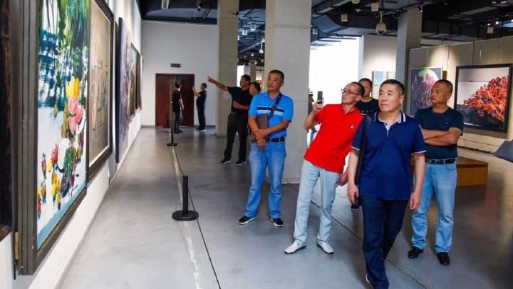 新疆塔城地区文化交流团队参观第十三届全国美展辽宁美术作品展
