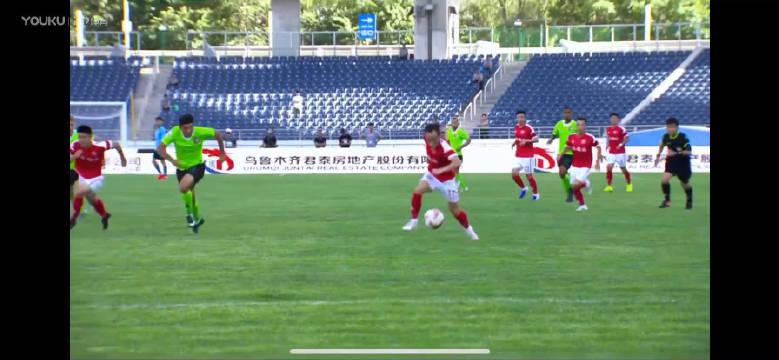 84分,卜鑫带球突破禁区被新疆防守队员放倒!!!疑似点球