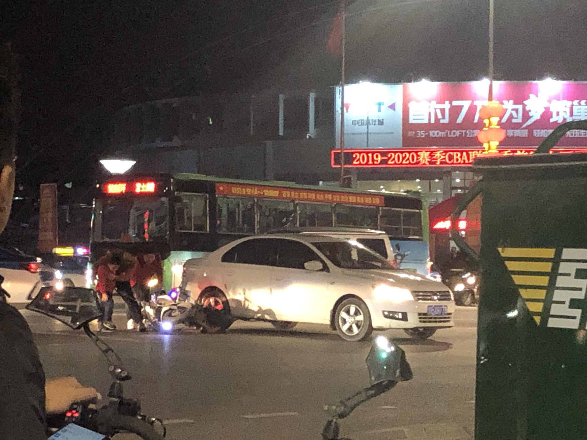 在文体宫十字路口,一辆轿车与电动相撞,电动车上是一家三口
