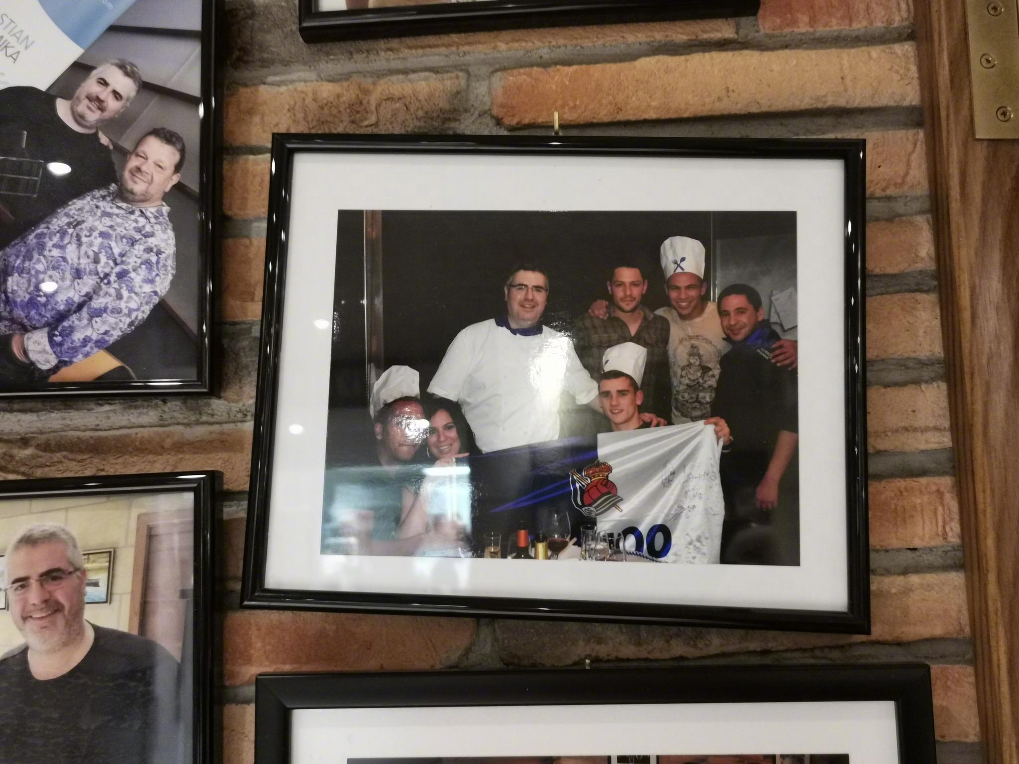 在圣塞一家酒吧的照片墙上看到了还在皇家社会效力时的格列兹曼