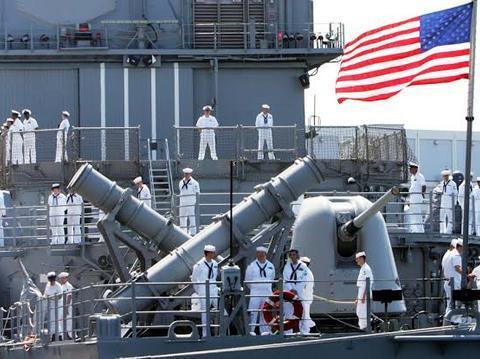 美军巡洋舰强闯海峡,雷达突然失灵警报不断,领航员吓得腿都软了