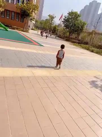 网友:儿子请假一周回幼儿园的场面~