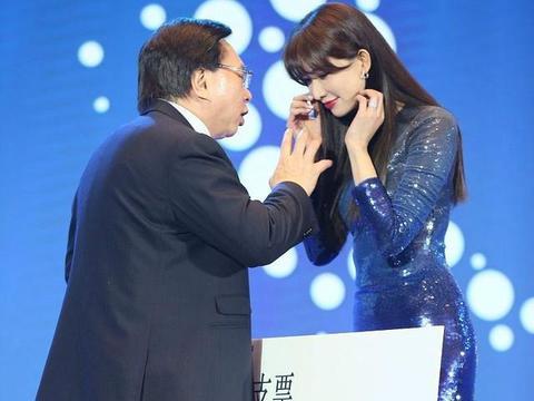 林志玲紧身长裙亮相活动,胯比肩还要宽,尴尬!