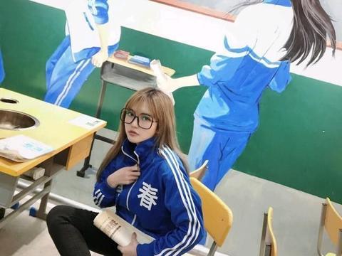 罗志祥女友身穿学生制服,画黑板报,青春的气息扑面而来!