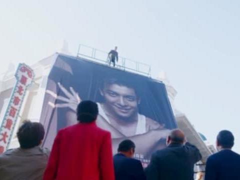 男子看见儿子的大海报挂在商场门口,感觉丢人,在海报上泼油漆