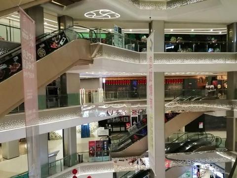 实拍重庆回兴购物中心:2楼以上基本全部关闭,仅剩个别行人
