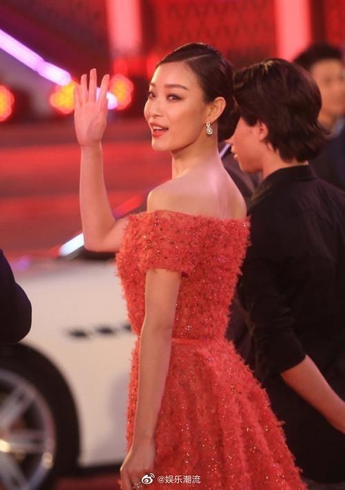 倪妮身着Elie saab高级定制礼服出席北京国际电影节