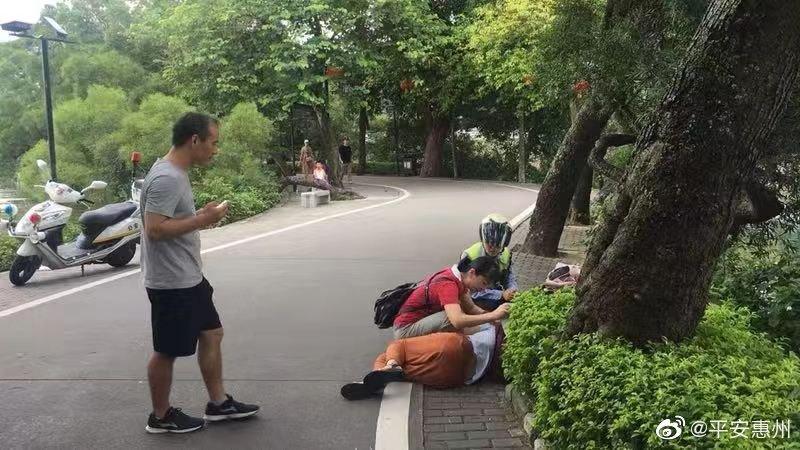 女子路边晕倒 警民合力救助