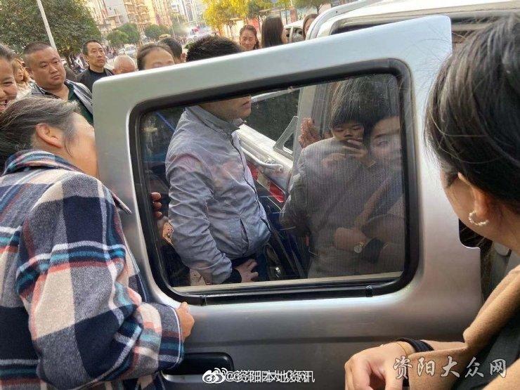 11月14日,安岳城管执法队在奥鑫管制城区内的摊位的乱摆等乱象