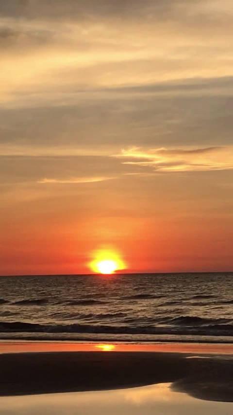 响应@王凯kkw 号召晒出今年春节北海海边看到的日落@人民日报