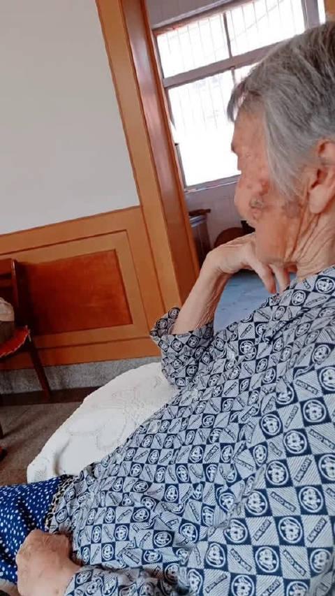 今天回老家,84岁的奶奶看到她大孙子穿着条洞洞裤