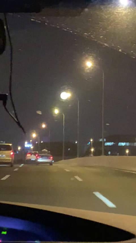 上海毕竟是国际大都市,月亮都比别的地方大!符合 大!大!大!
