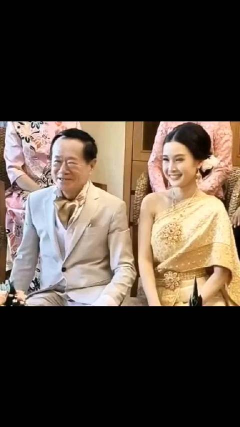 泰70岁富豪初婚娶20岁娇妻送460万聘礼,婚礼两人深情对望