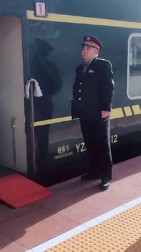妈呀~好帅的列车员