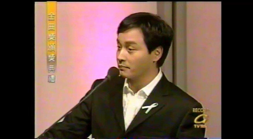2000年第十一届金曲奖,张国荣颁奖给范晓萱。哥哥这个话痨