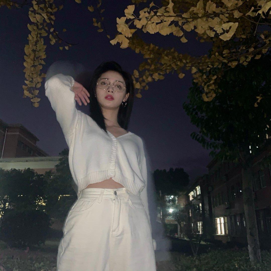 × 私照更新 白色V领针织衫搭配米色裤装,温柔又知性~