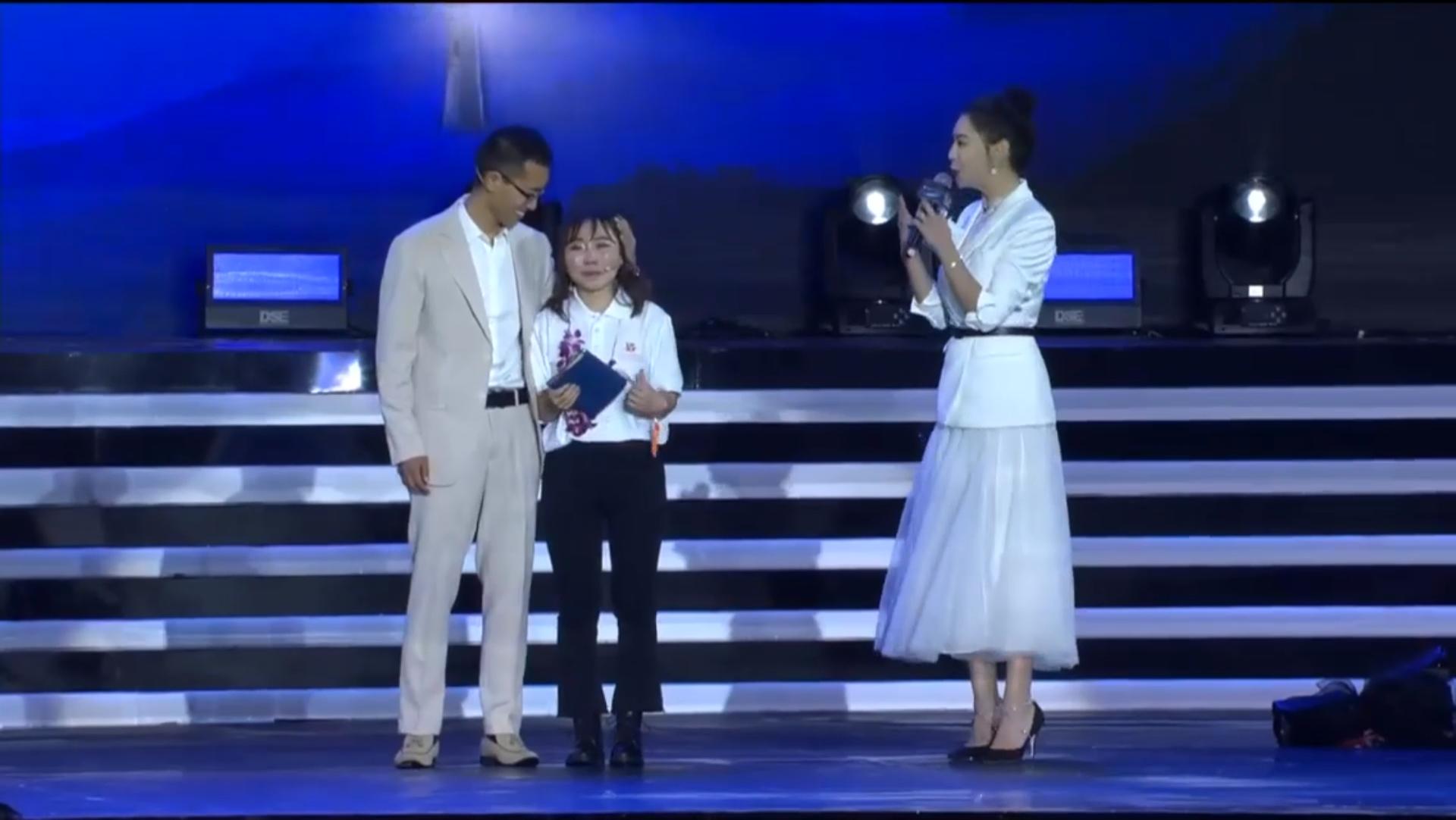 马云现场证婚:90后乡村教师颁奖典礼现场求婚