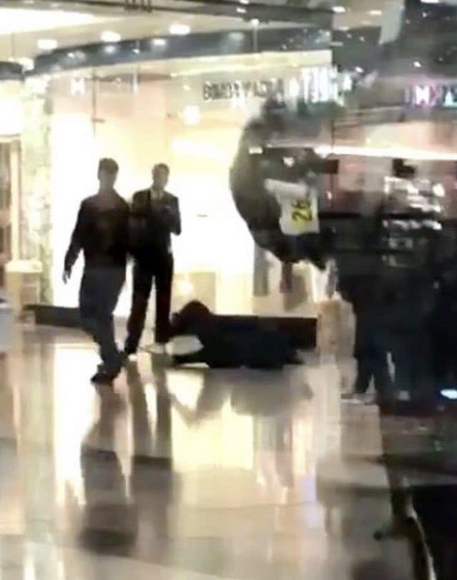 英国男子在商场内突然剧烈咳嗽后倒地,吓得周围的人迅速跑开
