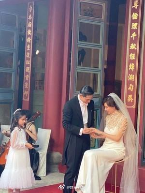 婚礼仪式上,在交换戒指环节中