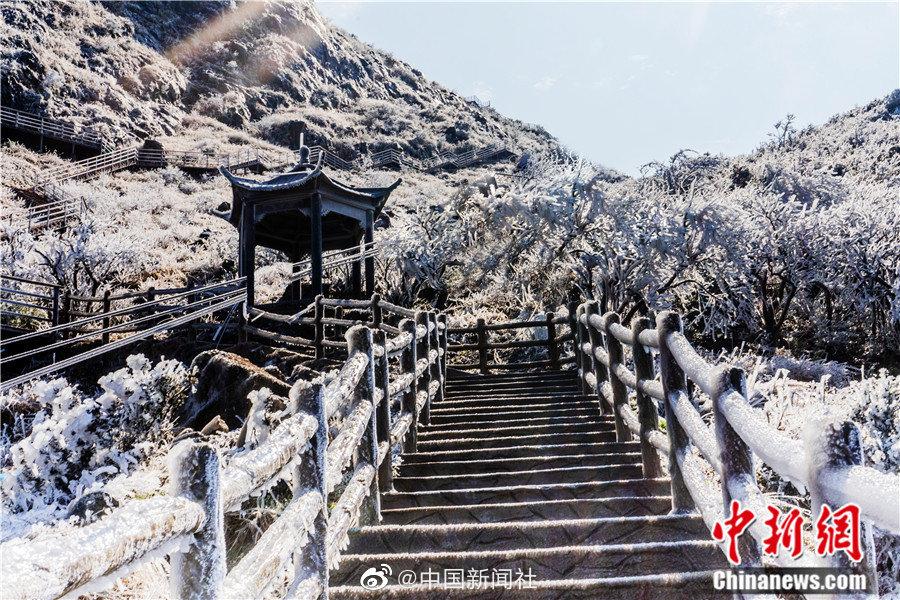 美成壁纸!广东这座山出现冰挂雾凇景观