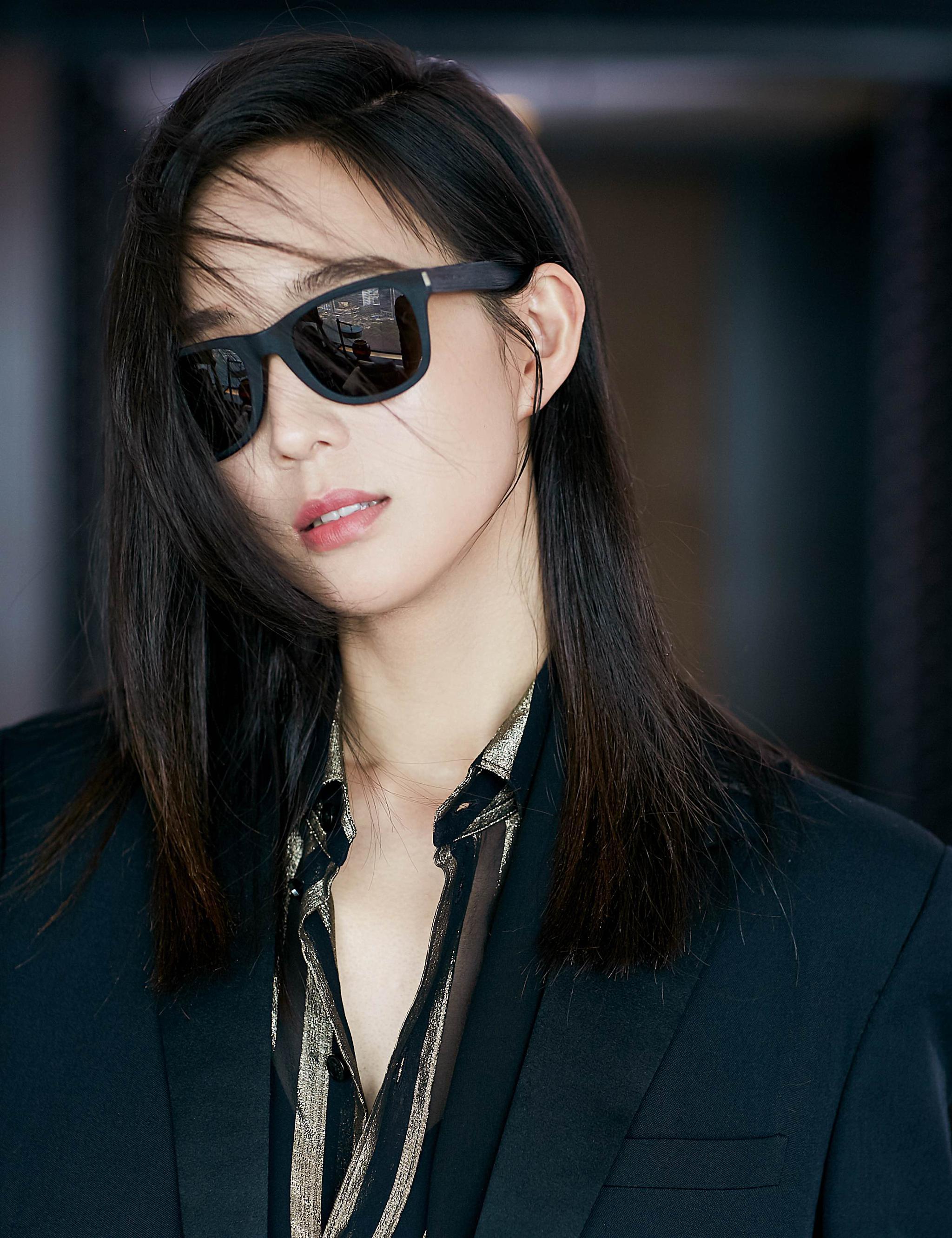 @張鈞甯 初秋新图,黑色西装内搭条纹衬衫