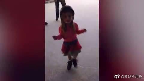 熊孩子学溜冰,太得意了结果摔了一跤,看着好痛呀-