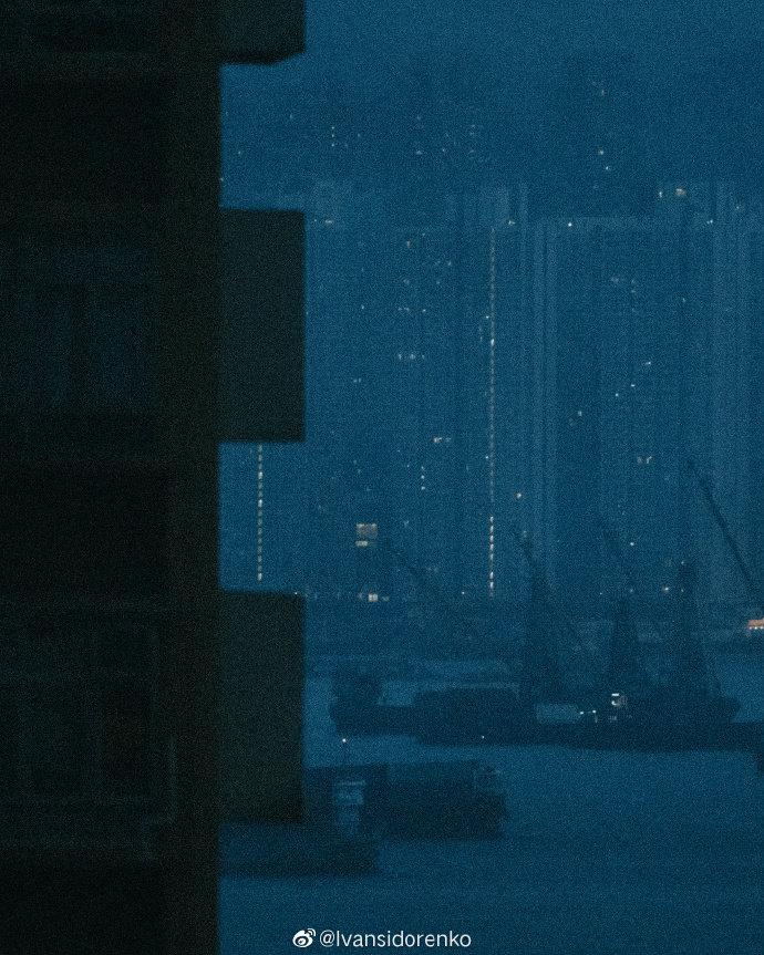 香港街头,低饱和度下的欲望都市。 @Ivansidorenko