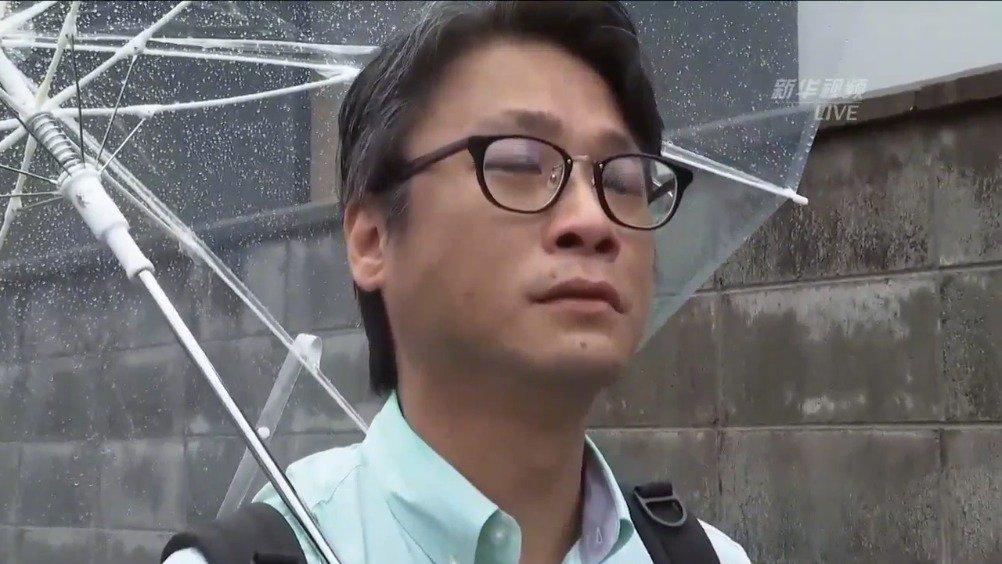 新华视点记者拍到、山本宽来到京阿尼火灾事件现场献花的一幕